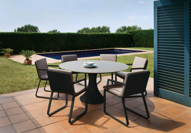 fano outdoor round glass table with 4 verona chairs