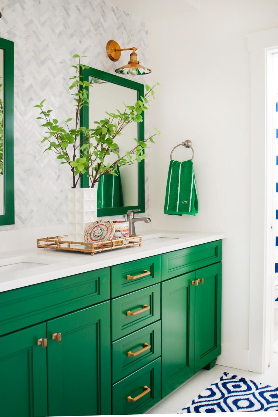 this gorgeous green and white bathroom is a preppy dream